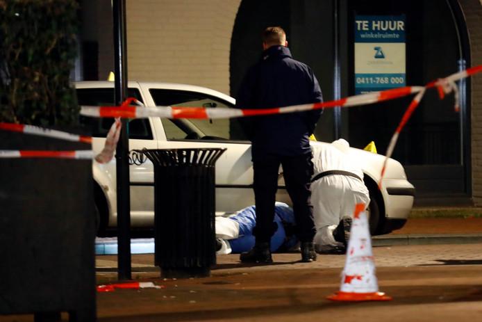 De politie doet onderzoek op de plek waar twee kinderen geraakt werden door kogels.