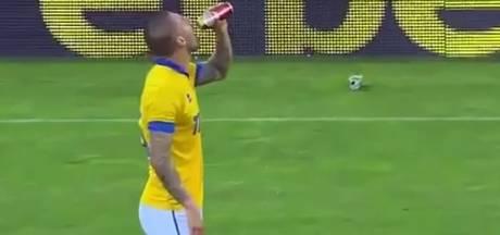 Bulgaarse speler neemt slokje van door fan gegooid biertje