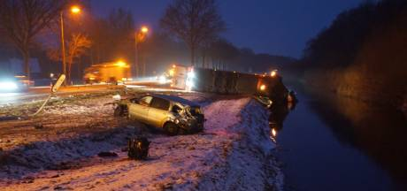 Vrachtwagen te water na botsing met auto in Beltrum