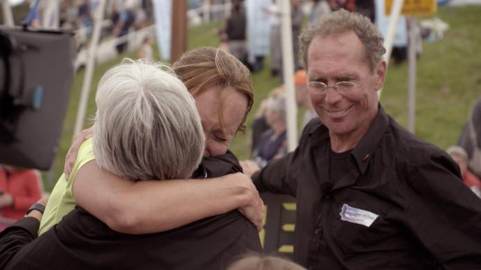 Beeld uit de documentaire: Lein en Lenie Lievense verwelkomen dochter Angela bij de finish van de Kustmarathon.