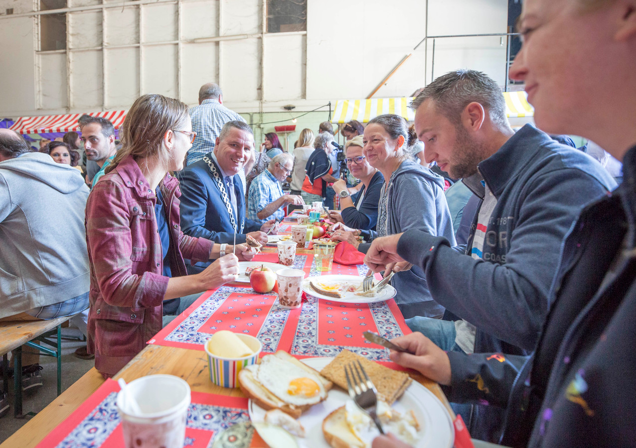 Het Boerenontbijt voor nieuwe bewoners van de gemeente Noord-Beveland. Van links naar rechts Christel Verton, burgemeester Marcel Delhez, Leonda van Gent, Monika Schouten, Wessel Bakhuizen en Nicole Slager.