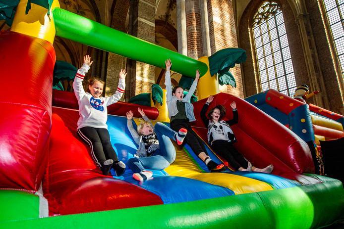 Dikke pret met de springkussens in de Grote Kerk in Deventer