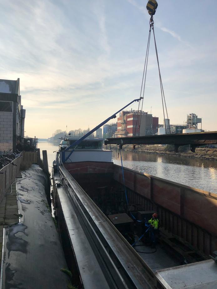 De broers Maarten en Marius Vroegindeweij, eigenaren van Domera, zijn blij met de aankoop van een nieuwe scheepshelling.