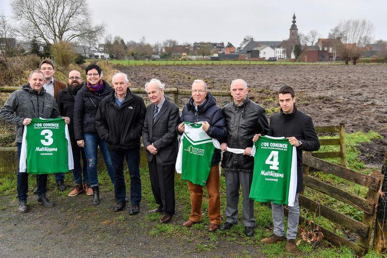 Schepen Leen Dierick, Luc Dierick en Marcel Segers aan het stuk grond dat omgevormd zal worden tot sportveld.