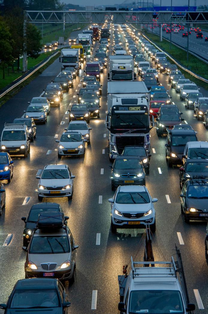 Stapvoets rijden naar het werk en vaak ook weer onderweg naar huis.  Het is een grote ergernis van veel forenzen.