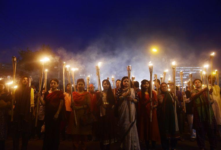 De fakkeloptocht die in 2015 in Dhaka werd gehouden na de moord op Avijit Roy, de echgenoot van Bonya Ahmed. Beeld AFP