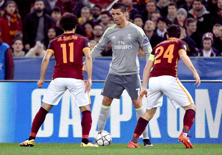 De heenwedstrijd werd met 2-0 gewonnen door Real Madrid. In het midden Cristiano Ronaldo, die verdedigd wordt door Mohamed Salah (links) en Alessandro Florenzi (rechts). Beeld epa