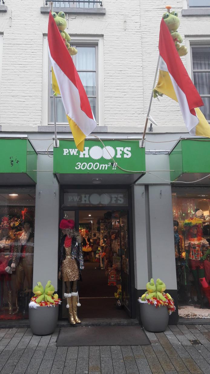 Kikkers voor de deur en aan de vlaggenstok bij Hoofs