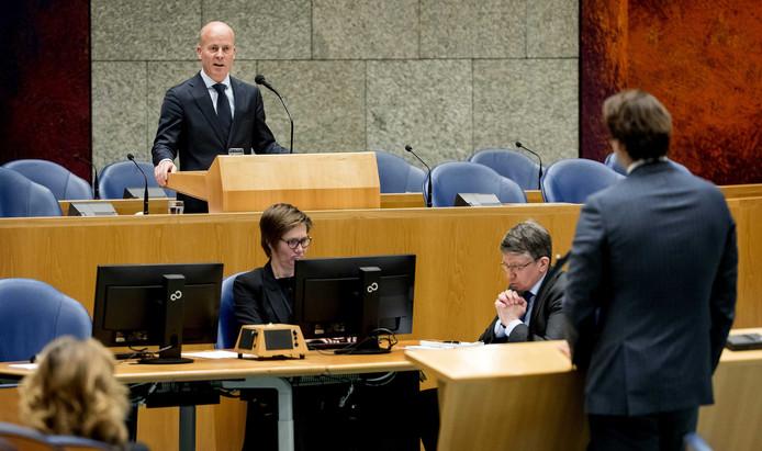 Raymond Knops, staatssecretaris van Binnenlandse Zaken en Koninkrijksrelaties, tijdens het wekelijkse vragenuurtje in de plenaire zaal van de Tweede Kamer.