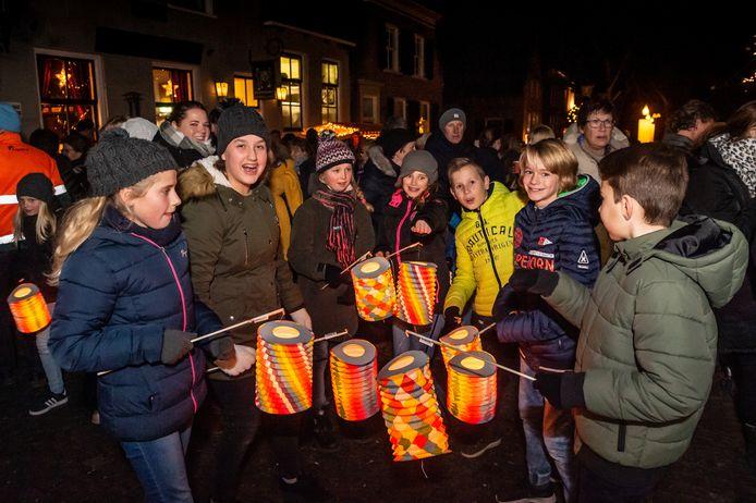 De traditionele kaarsjesavond in Nieuwpoort bracht woensdagavond veel mensen op de been. De lampionoptocht maakte het extra sfeervol.
