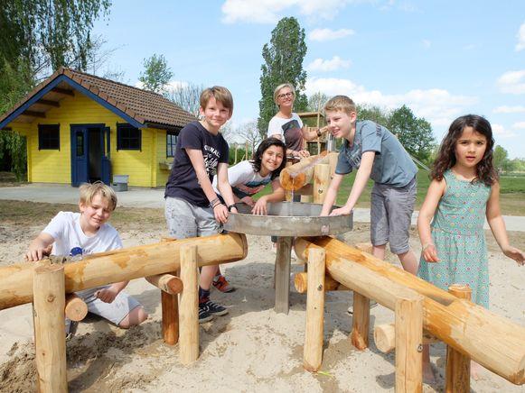 Schepen Suzy Put en enkele kinderen op het speelplein