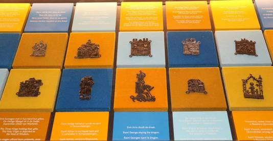 Een beeld van een nooit eerder vertoonde verzameling van insignes uit de 14de eeuw.