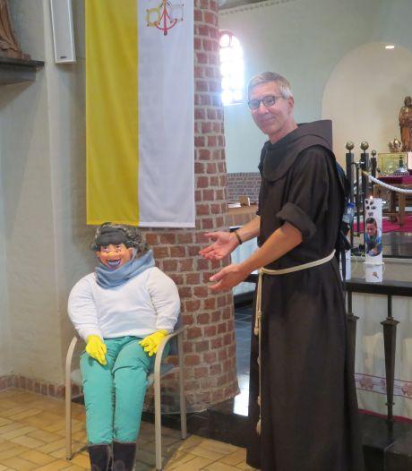 Sara in de kerk voor vrijwilligster Gertrude Hooijmans