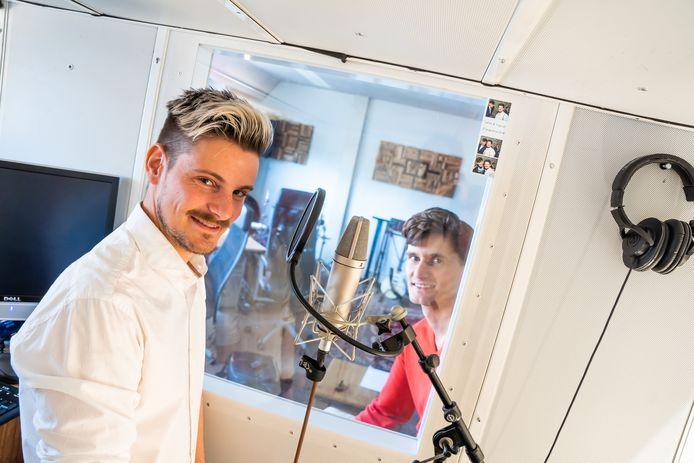 De eigenaren van Budget Voiceover, Viktor Remme (voorgrond) en Silvian Ilgen, bij hun studioruimte, waarin de voice-overs worden ingesproken.