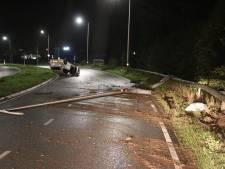 Automobilist vernielt vangrail en rijdt twee lantaarnpalen omver in Oldenzaal