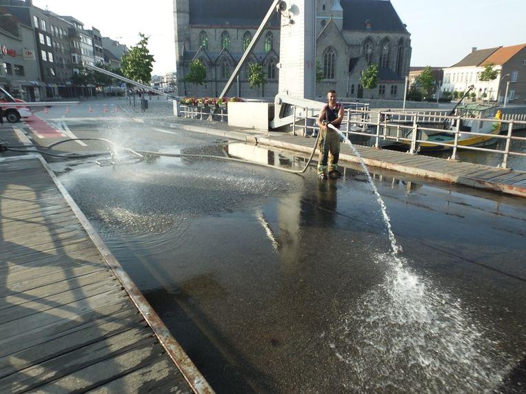 De brandweer zorgt voor de nodige afkoeling op de Tolpoortbrug.