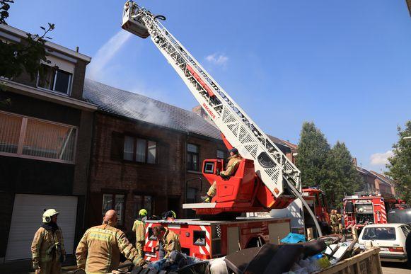 De brandweer was snel ter plaatse omdat er al heel wat vrijwilligers in de kazerne waren voor de voorbereiding van de opendeurdag zondag.