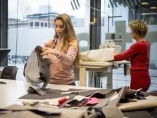 Leerlingen van ROC Enschede naaien tassen voor vluchtelingen in Lesbos