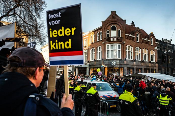 Ongeregeldheden bij de intocht van Sinterklaas in Eindhoven vorig jaar. Pro-Pietbetogers gooiden eieren naar een demonstratie van Kick Out Zwarte Piet.