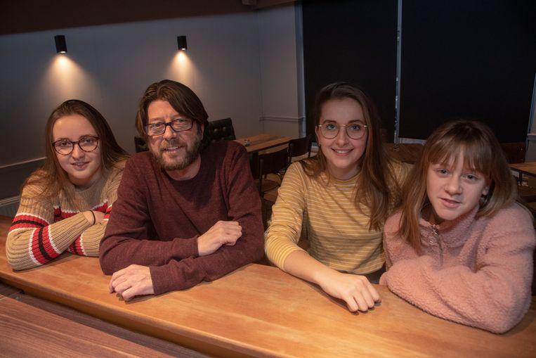 Pascal Janda met zijn dochters Charlotte, Evy en Maud in het nieuwe café Janda's in Wetteren.