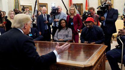 Kanye knuffelt Trump en steelt de show in Oval Office, maar blundert met iPhone