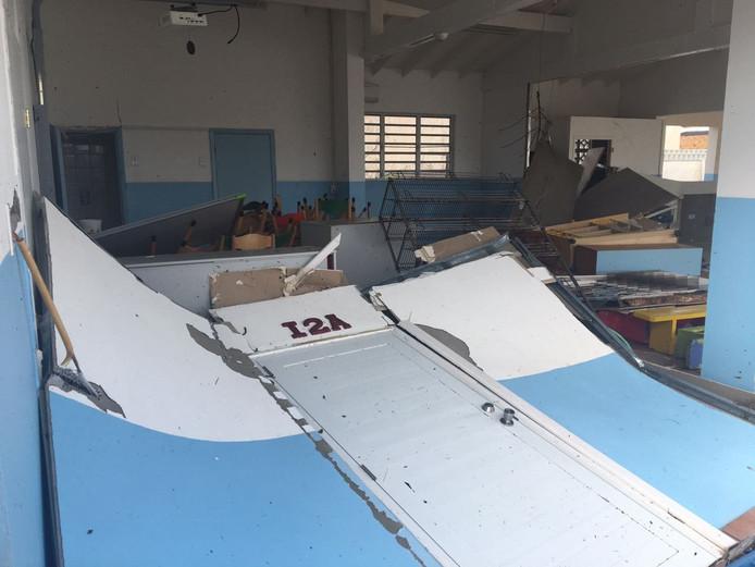 De verwoeste sr Reginaschool op Sint Maarten.