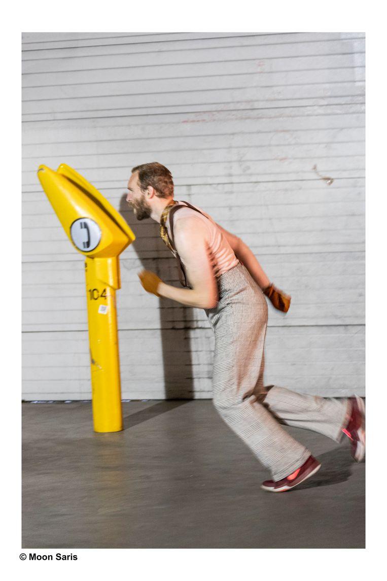 Acteur Dennis Tiecken danst in Karavaan een duet met een gele praatpaal. Beeld Moon Saris