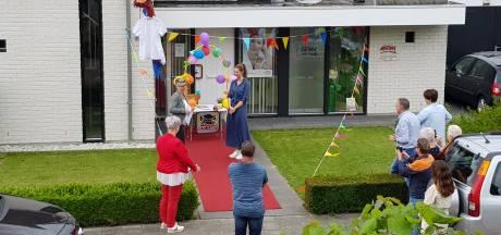 Verpleegkundige Liset legt de eed af op rode loper voor het huis in Eibergen