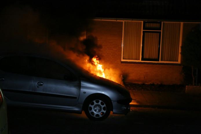 De autobrand is vermoedelijk aangestoken.