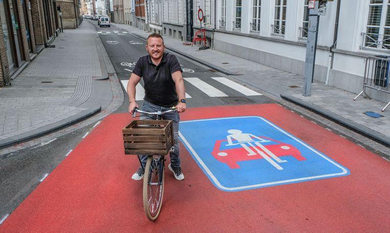 Schepen Axel Weydts op een van de twaalf toegangen. Hier is dat op het Plein, kant Groeningestraat.