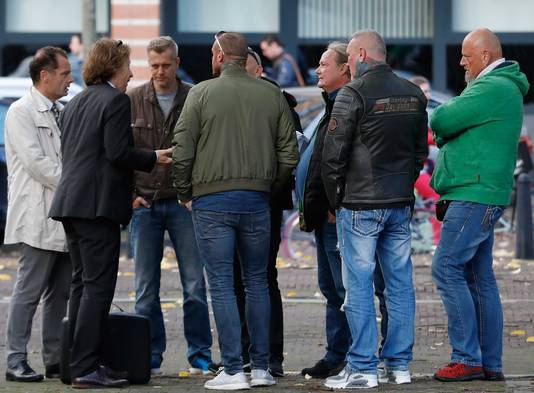 Leden van motorclub Bandidos in gesprek met hun advocaten Leon van Kleef en Marnix van der Werf voorafgaand aan de rechtszaak.