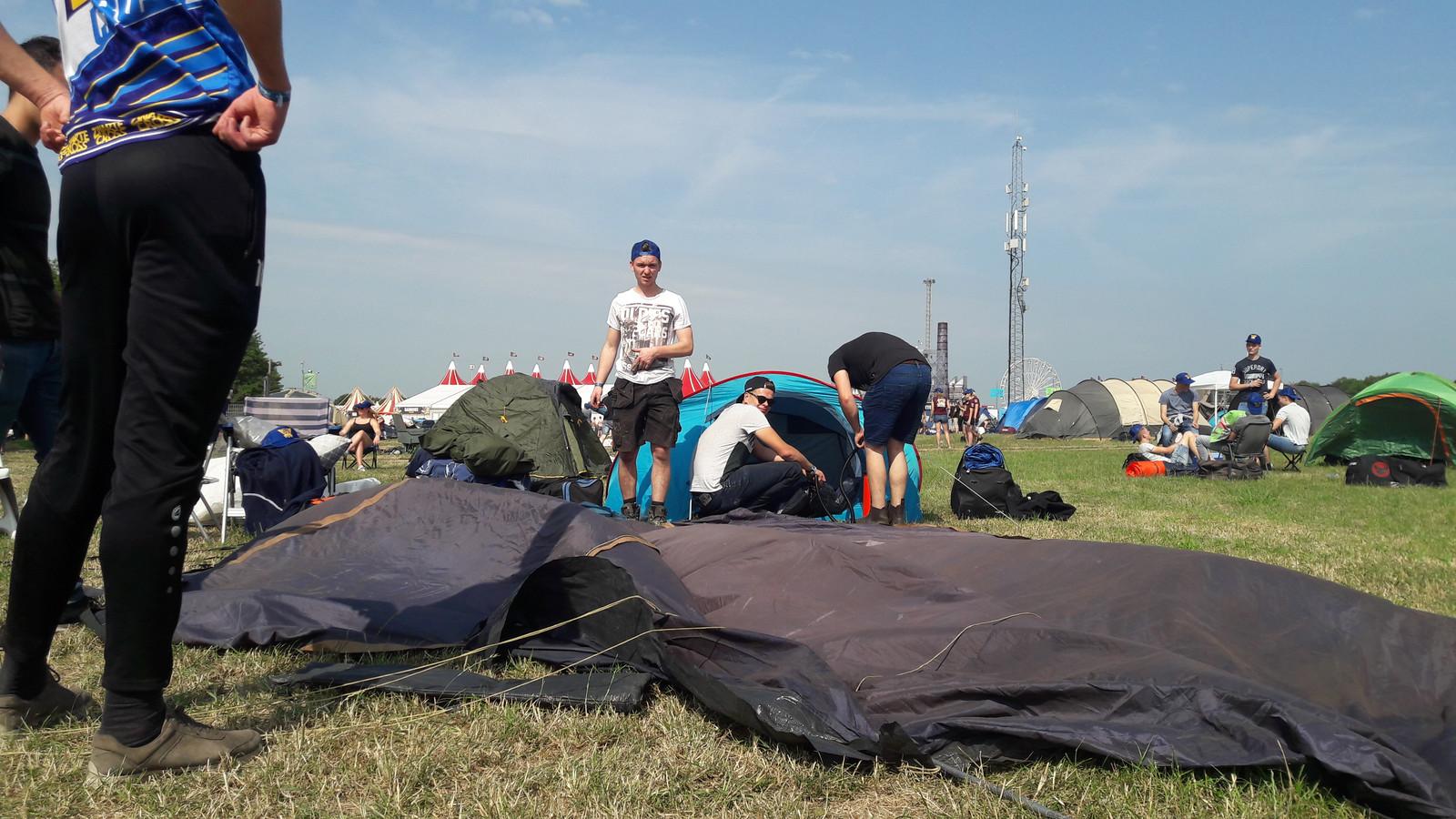 De tenten worden opgezet bij de Zwarte Cross