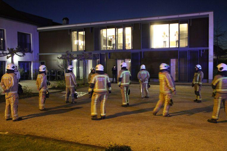 De Pittemse brandweer bracht hulde aan het lokale zorgpersoneel van het woonzorgcentrum.