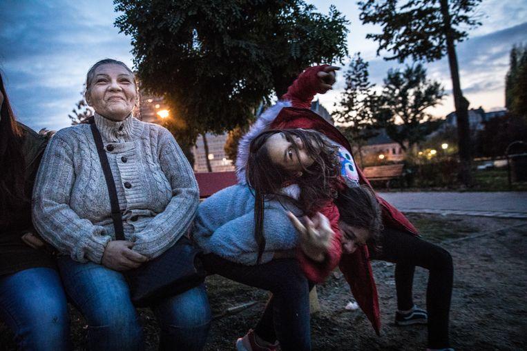 Andrea Danka woont met haar zes kinderen in een appartement in Józsefváros. Op de foto haar dochters  Kiara (rode jas) en Titanilla (grijs shirt). Beeld Marlena Waldthausen