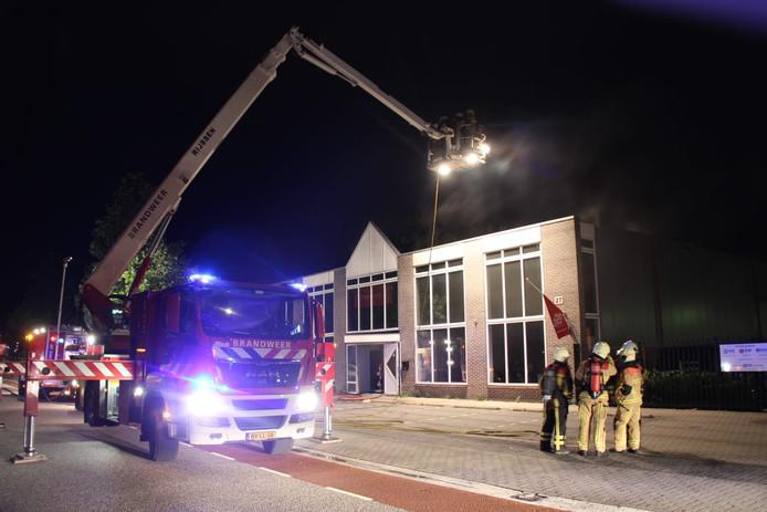 De brandweer bestrijdt de brand bij Mega Keuken Deal in Rijssen.