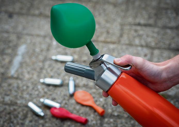 Illustratief beeld van patronen met lachgas, ballonnen en slagroomspuiten. Het gebruik van lachgas neemt toe in populariteit, vooral onder jongeren.