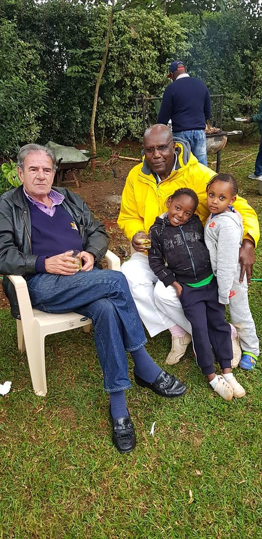 Patrick Muiruri met zijn verdwenen boezemvriend Tob Cohen in diens tuin.  Privebeeld
