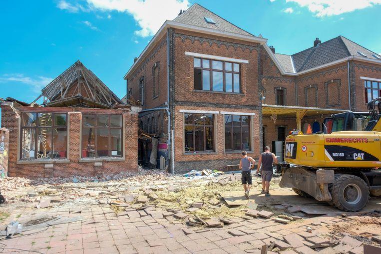 Het bijgebouw van het klooster van de Sint-Cajetanusschool wordt sinds maandag afgebroken.