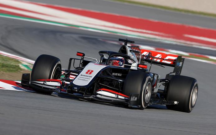 Romain Grosjean rijdt veel rondjes op het circuit in Barcelona.
