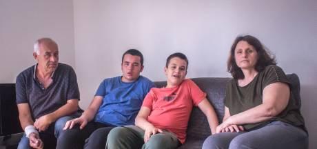 """Parents de deux autistes sévères, ils ont besoin d'aide: """"Aucun humain normal ne peut supporter ça aussi longtemps"""""""