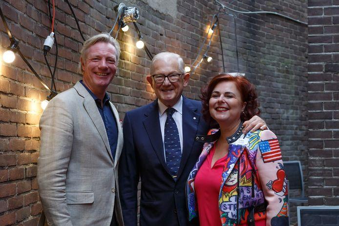 Prijs voor Bizar-Bazar. Van links af: Arnhems wethouder Jan van Dellen, mr. Pieter van Vollenhoven en eigenaar Mirella Kreger.