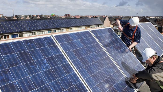 Huizen worden voorzien van zonnepanelen.