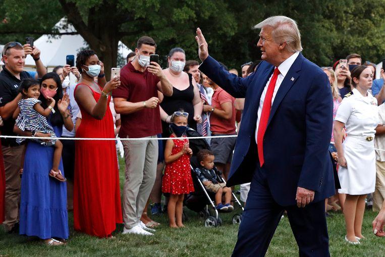 President Donald Trump groet bezoekers van het 'Salute to America' evenement zaterdag in Washington.  Beeld AP