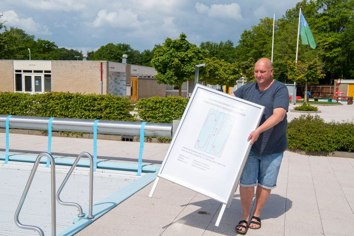 Zwembad-bedrijfsleider Henry Barkel heeft een bord laten maken voor bezoekers van openluchtbad Gerner in Dalfsen, waarop de aangepaste regels voor ze staan vermeld.