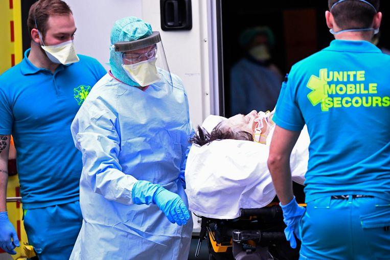 Coronapatiënten worden verhuisd in een ziekenhuis in Luik.