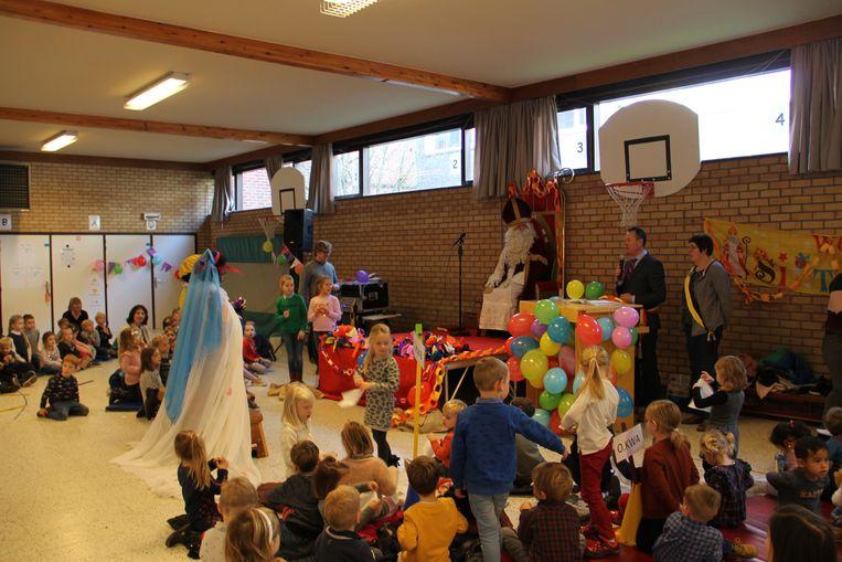 Zwarte Piet en Zwarte Miet traden in het bijzijn van Sinterklaas en burgemeester Kurt Windels in basisschool De Wegwijzer in Ingelmunster in het huwelijksbootje.