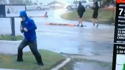 Dramatische weerman 'waait weg tijdens storm' terwijl twee jongens rustig in de achtergrond passeren
