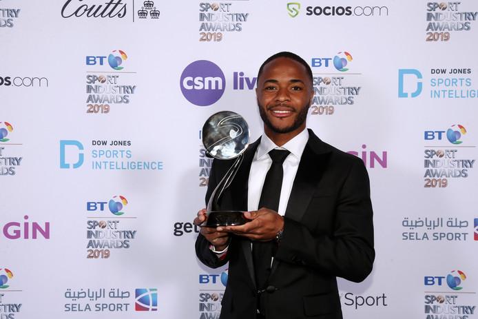 Raheem Sterling poseert met zijn trofee