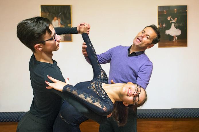 Danscoach Jan Zwijsen geeft aanwijzingen aan broer en zus Eline en Stefan Cloudt.