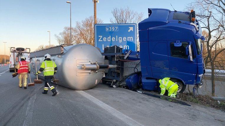 Het takelen van de tankwagen nam enige tijd in beslag.